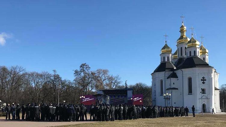«Позор! Где отрубленные руки !: Как Нацкорпус встретил Порошенко, который прикрывается полицией, в Чернигове