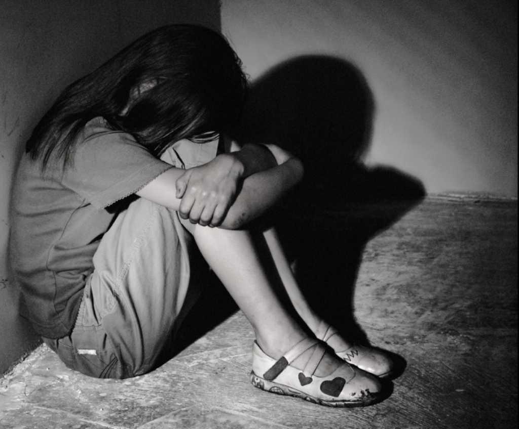 «Пока не забеременела и родила»: Священник систематически издевался над 13-летней падчерицей, а мать молчала