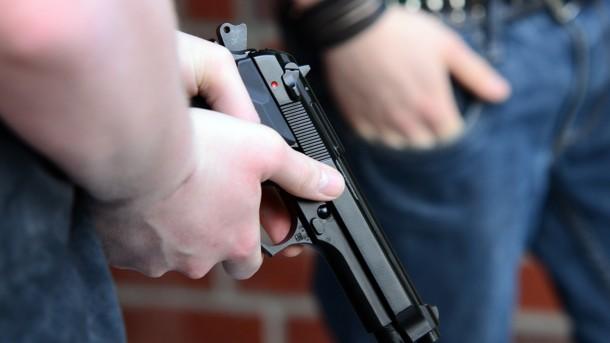 Возле школы в России неизвестные устроили стрельбу, есть пострадавшие