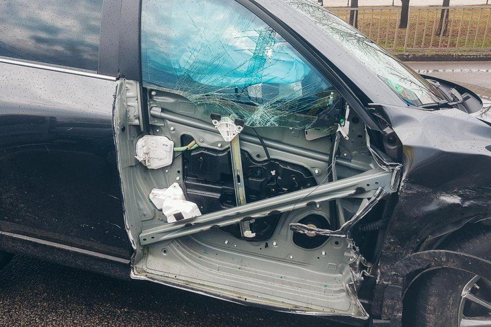 Чудом остался жив: страшная ДТП произошла в Днепре на набережной, машины остались без колес
