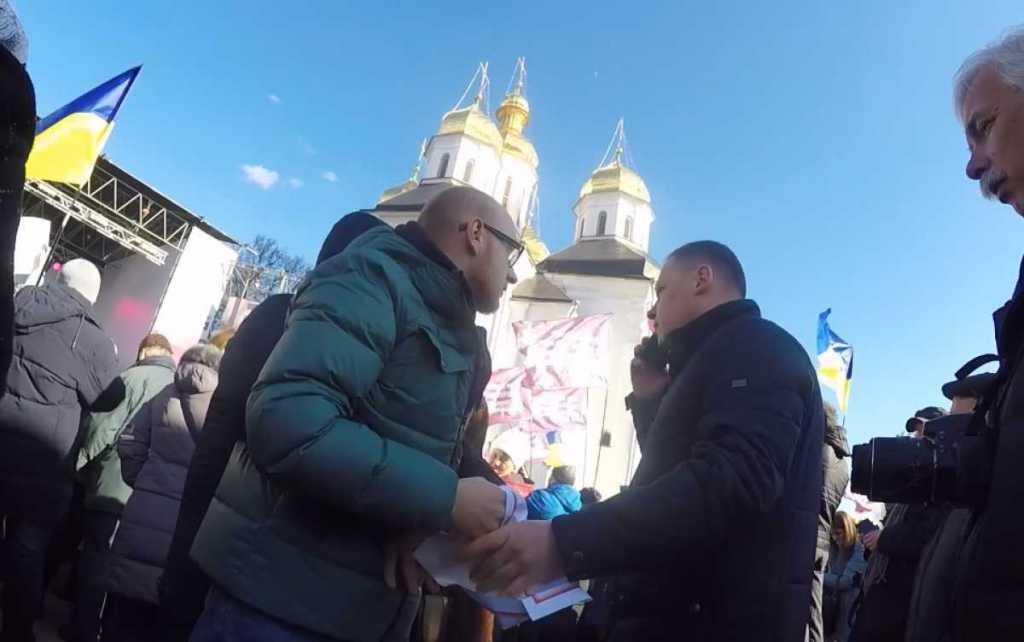 «Вы плохо себя ведете»: Охрана Порошенко в Чернигове вырвала плакат из рук активиста и вытолкала йго с площади