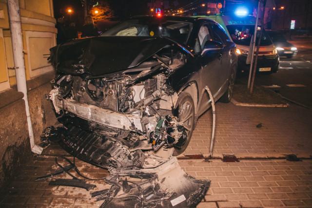 Снес светофор и влетел в здание: страшное ДТП в Киеве