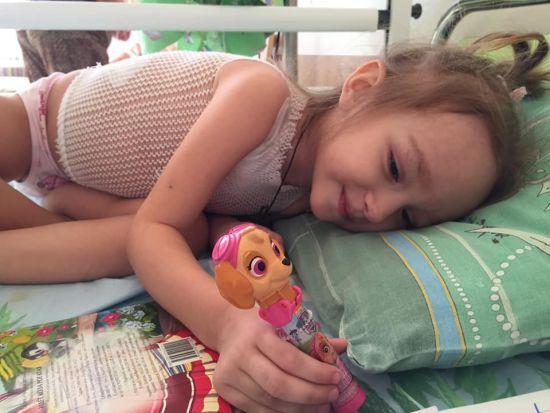 Девочке ежедневно приходится переносить тяжелое лечение: помогите Аннушке победить рак