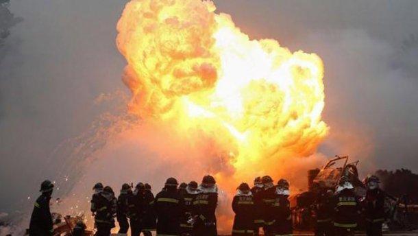 Пламя до небес: На химическом заводе произошел взрыв, не менее 30 пострадавших