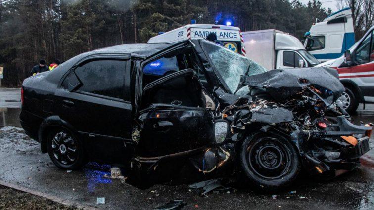 Жуткая ДТП на украинской трассе: в Киеве фура снесла легковушку