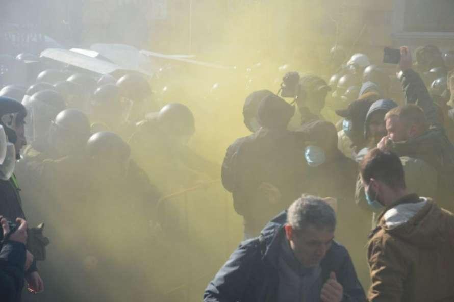 «Слышны взрывы, в ход пошел слезоточивый газ»: На Банковой происходят столкновения между митингующими и полицией