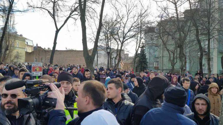 «Титушки напали на активистов, окружили кольцом» Что происходит на Михайловской площади, где выступает Порошенко
