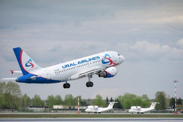 Записку о бомбе нашли в туалете: в Баку экстренно приземлился самолет, на борту было 225 человек