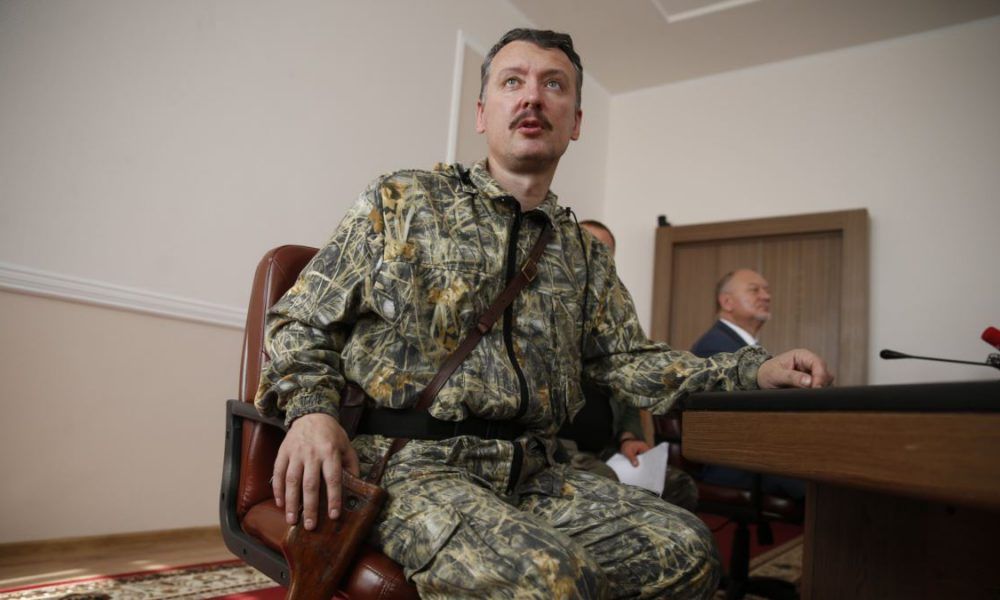 Оккупант Гиркин срочно продает путинскую награду: «Освобождение» Крыма от обнищания не спасло