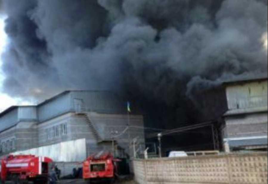 Все в черном дыму: под Днепром горит завод