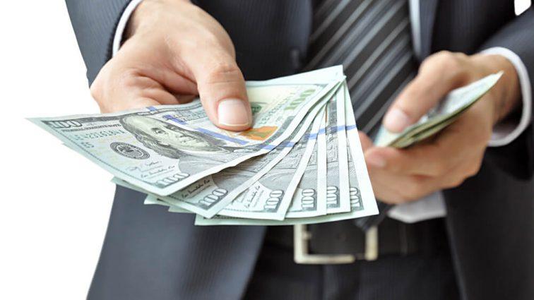 За неделю  гривня ослабла: в Украине снова растет цена на доллар