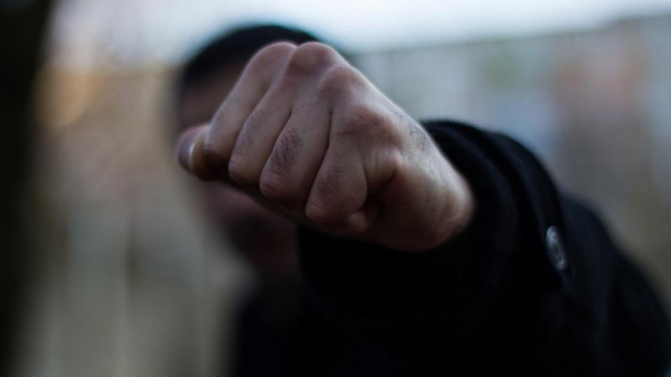 «Расследовали коррупцию»: Группа разъяренных чиновников жестоко избила журналистов