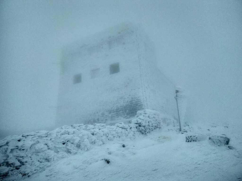 «Видимость ограничена»: В разгар весны Карпаты засыпало снегом. Спасатели предупреждают об опасности