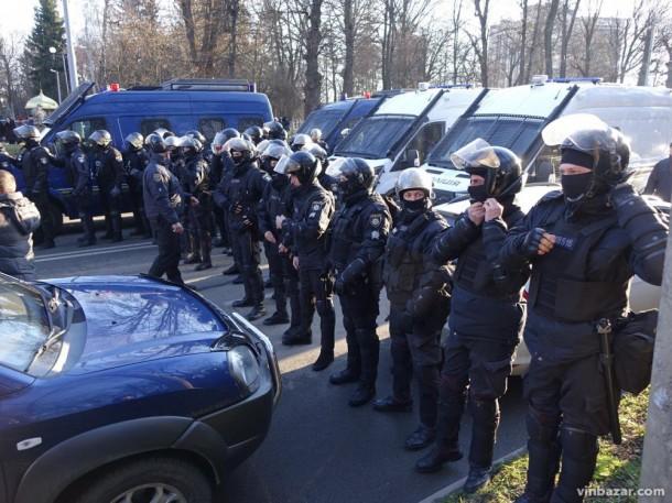 «Петушки», бетонная стена из правоохранителей и свиные головы «: В Сети показали встреуа Порошенко с избирателями в Виннице