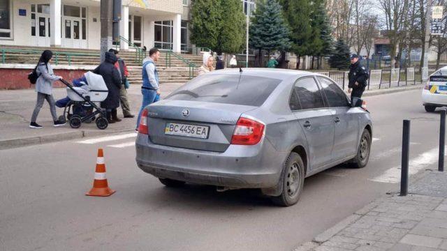 Не заметил пешеходов на переходе: Автомобиль переехал 15-летних школьников во Львове