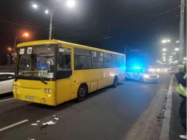 На пешеходном переходе маршрутка сбила трех человек: известны подробности страшного ДТП в центре Киева