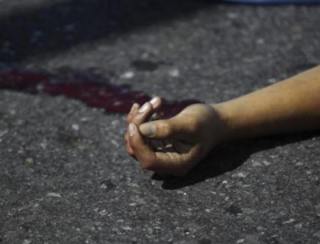 Лежала на земле у подъезда: Смерть 17-летней девушки в Днепре подняла на уши весь район