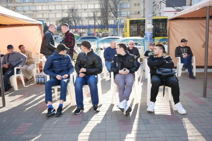 В Киеве возле здания ЦИК выросло число «титушек», которые заявляют, что «не допустят провокаций»