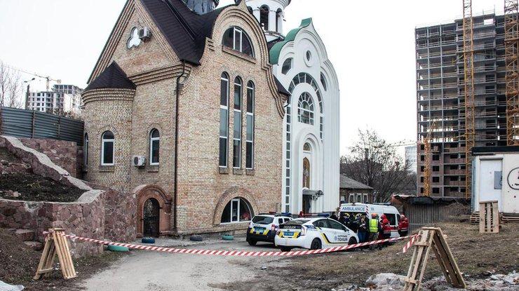 Нашли уже холодным при входе: загадочное убийство мужчины у церкви в Киеве