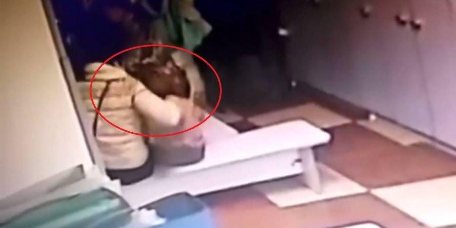 Толкает, хватает за шею и трясет малышей: Под Киевом воспитательница избила ребенка в частном саду