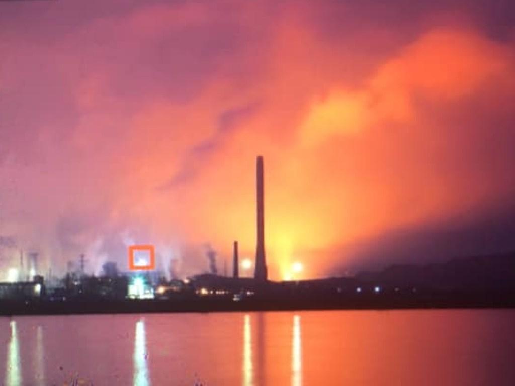 «Видно вспышки и раздается грохот»: В Мариуполе горит металлургический комбинат «Азовсталь»