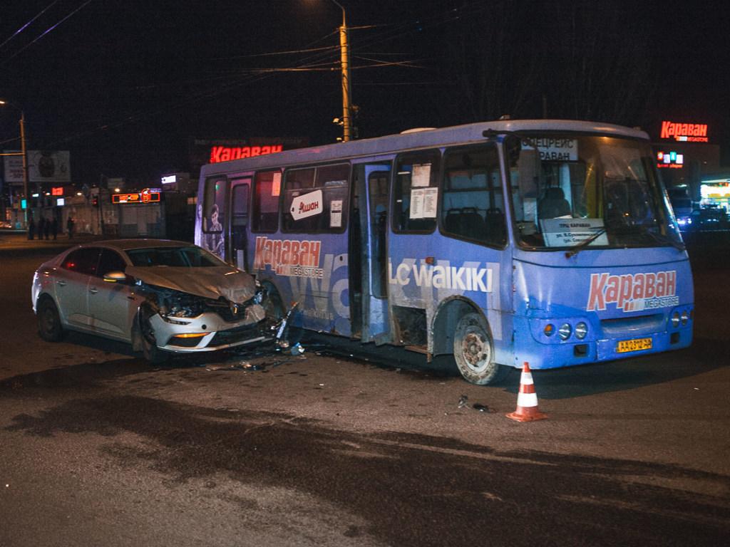 Оба летели на зеленый: жуткое столкновение автомобиля с автобусом в Днепре