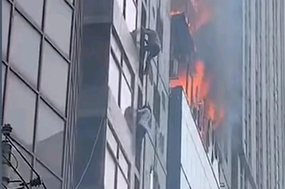 «Люди просто выпрыгивали из окон»: Жуткий пожар вспыхнул в многоэтажном бизнес-центре