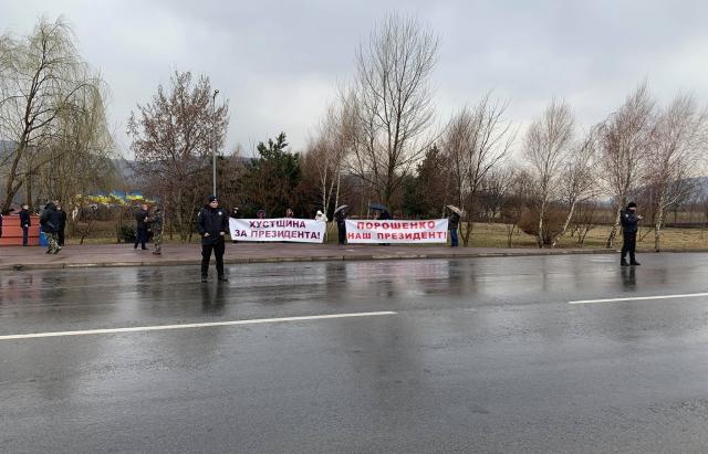 «Ему самому не противно?»: Как на «Красное поле» свезли массовку для Порошенко со всей области и о чем говорил президент