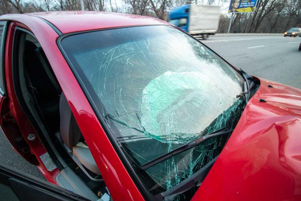 Протаранил машиной столб: жуткое ДТП в Киеве, водитель такси не довез пассажирку