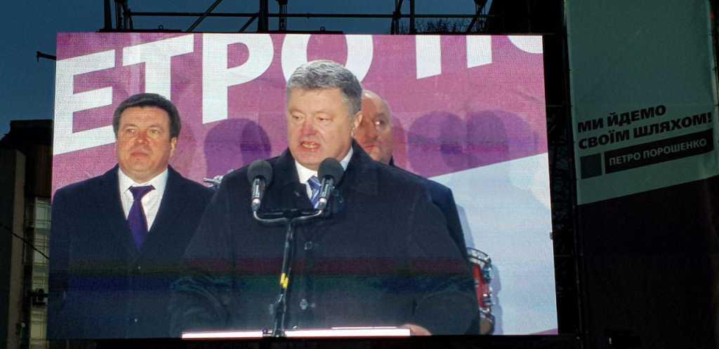 «Крики» Позор! »и снова бегство президента»: Как прошла встреча Порошенко и Нацкорпуса в Житомире