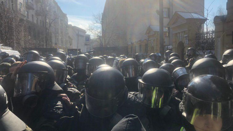 «У тебя есть неделя !: Под АП митингующие поставили жесткий ультиматум Порошенко