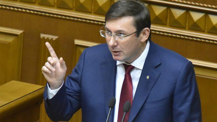 Возмущен и обижен: Юрий Луценко готов пойти в отставку?
