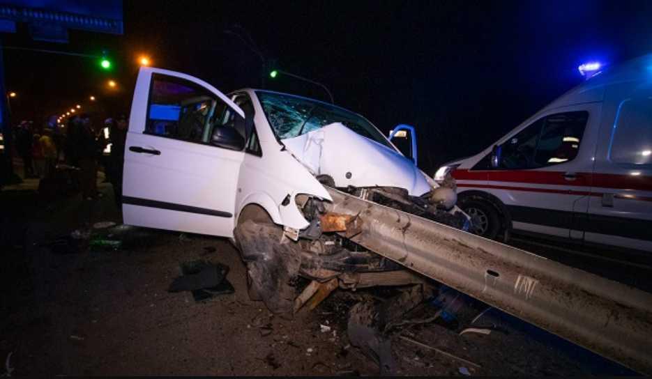 «Женщине оторвало руку»: На столичном шоссе микроавтобус налетел на отбойник, который прошил авто насквозь