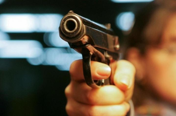 В центре столицы в жилом доме произошла стрельба: погиб человек