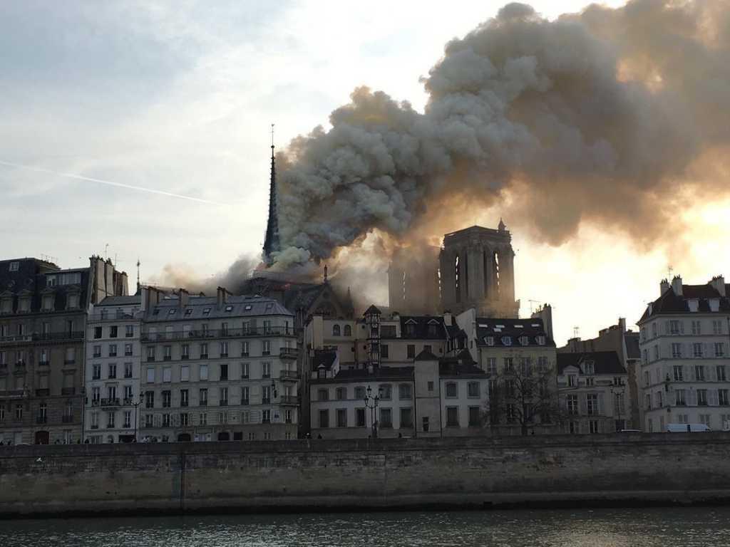 «Клубы густого дыма поднялись над городом»: Во Франции горит собор Парижской Богоматери