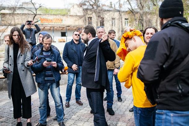 «Нас здесь обливают, оскорбляют»: Нардепа Найема встретили порцией нечистот в Одессе