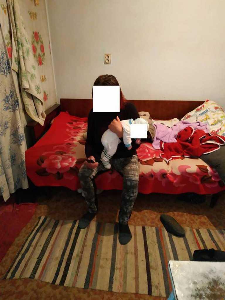 В Николаеве 15-летняя девушка оставила месячную дочь пьяной бабушке и укатила на две недели в Одессу