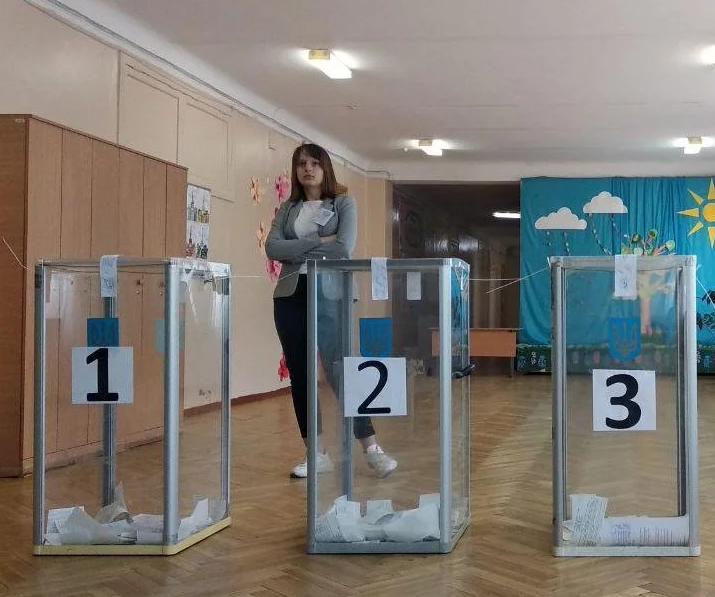 «Мертвые души и бюллетени пачками»: В штабе Зеленского фиксируют массовые нарушения на выборах