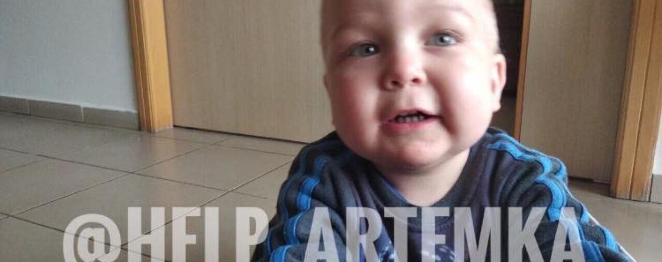 Маленький Артемчик родился с лейкозом и требует длительного лечения