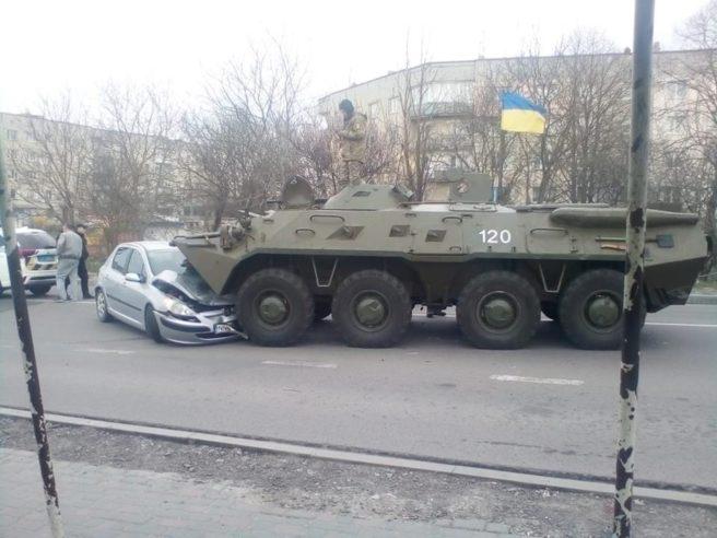 Выехал на встречную полосу и раздавил авто: в Ривненской области БТР  спровоцировал ДТП