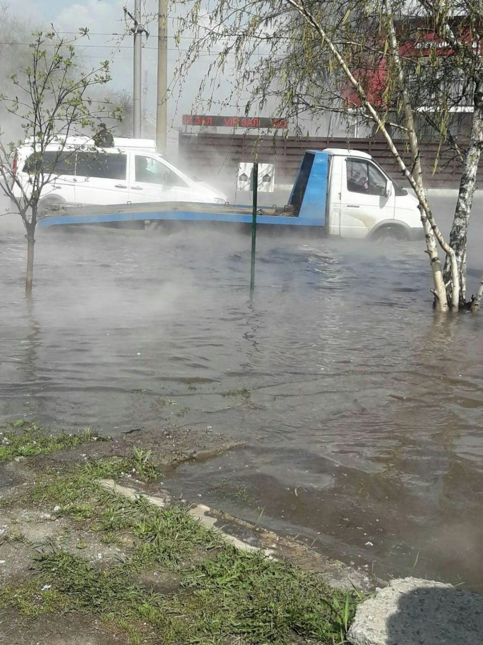 В центре Харькова дорогу залило горячей водой — авто плывут