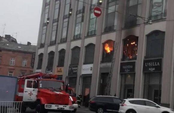 «Пожар начался на 2 этаже»: В центре Львова горел популярный торговый центр