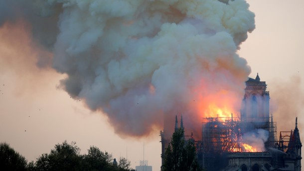 Роковой пожар в Соборе Парижской Богоматери: назвали версии о причинах возгорания