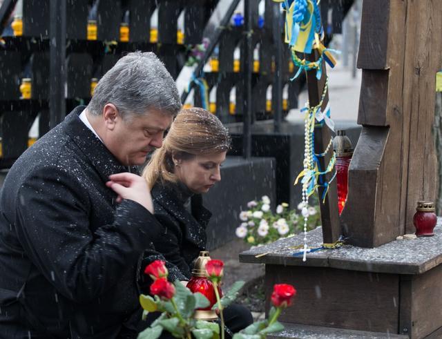 «За 5 лет он ни разу не …»: Родственники «Небесной сотни» выдвинули Порошенко ряд требований