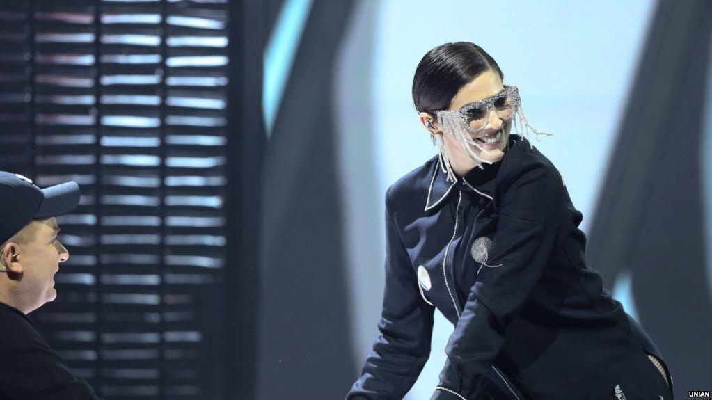«Бабло рулит?»: Певица MARUV выступила на юбилее скандального российского продюсера