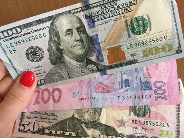 Опустились ниже критического уровня: курс валют на 30 апреля