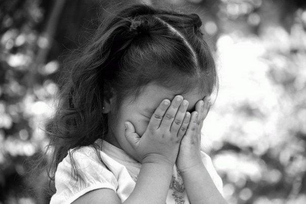 «Чтобы не включала колонку»: На Донетчине отчим до гематом избил 5-летнюю девочку зарядкой от телефона