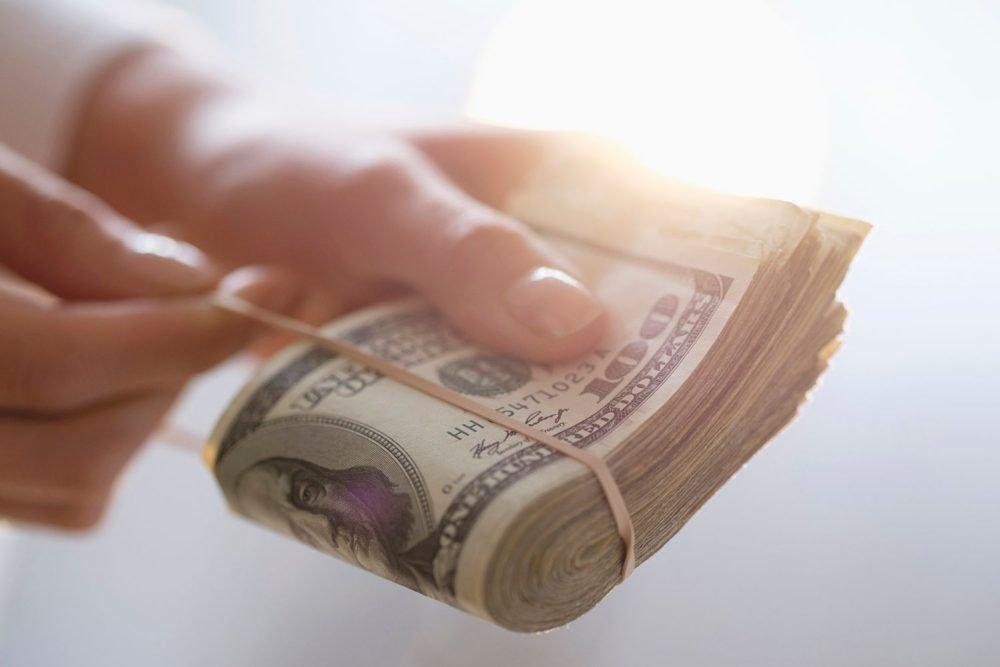 Повышение зарплаты минимум на 2000 гривен: кому из украинцем повезет?
