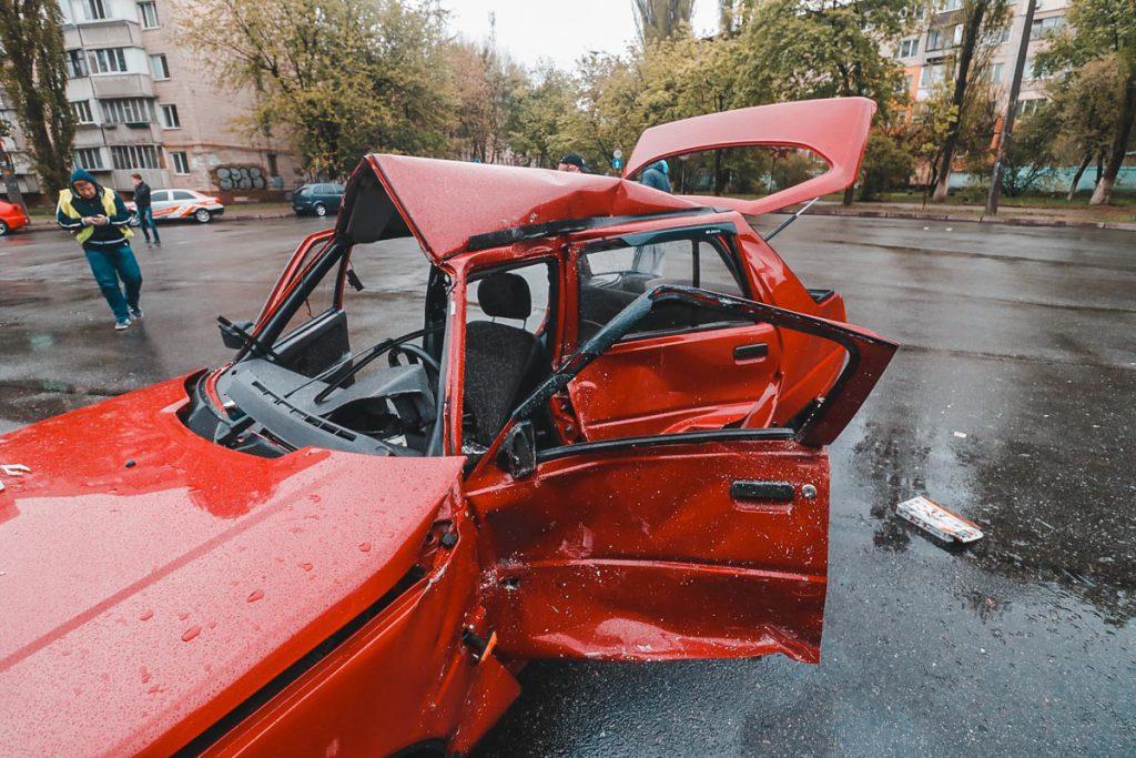 Пострадала семья с детьми: В Киеве «Славута» влетела под маршрутку