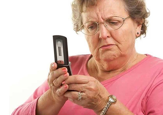 Без него субсидию не получить: каждому украинскому пенсионеру приобретут обязательный мобильный телефон